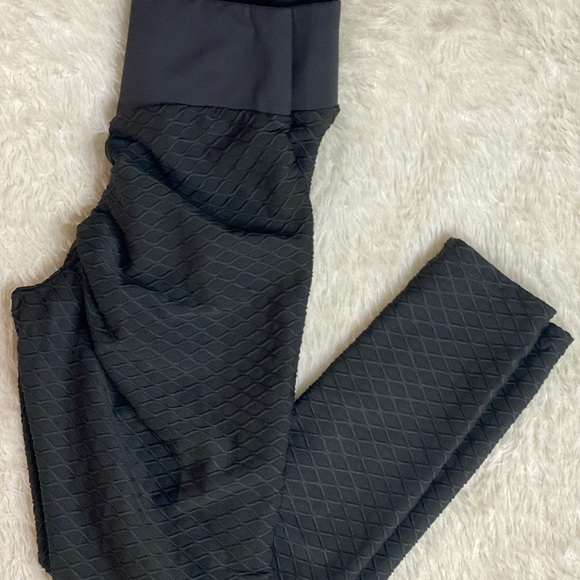 BLACK SCRUNCH BOOTY LEGGINGS